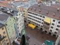 Blick vom Stadtturm zum  Platz vor dem Goldenen Dachl Dom und Nordkette