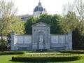 Grillparzer-Denkmal im Volksgarten. Im Hintergrund das Naturhistorische Museum