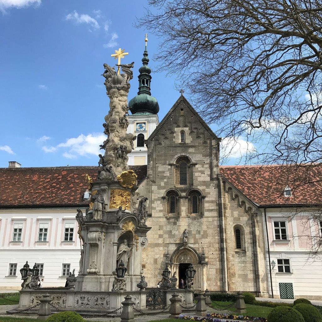 Stiftshof mit Kirche