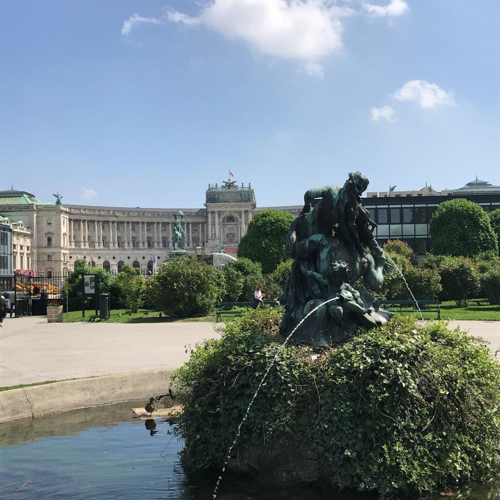 Blick vom Volksgarten zum Heldenplatz