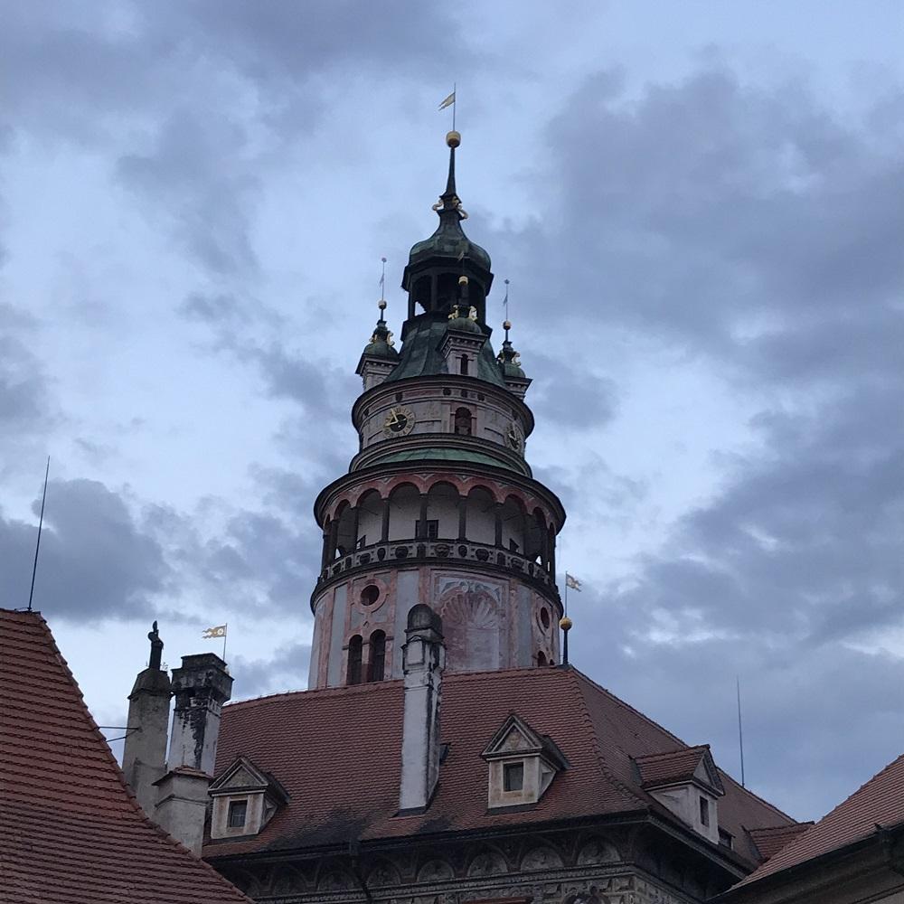 Der weithin sichtbare Turm von Schloss Krumau