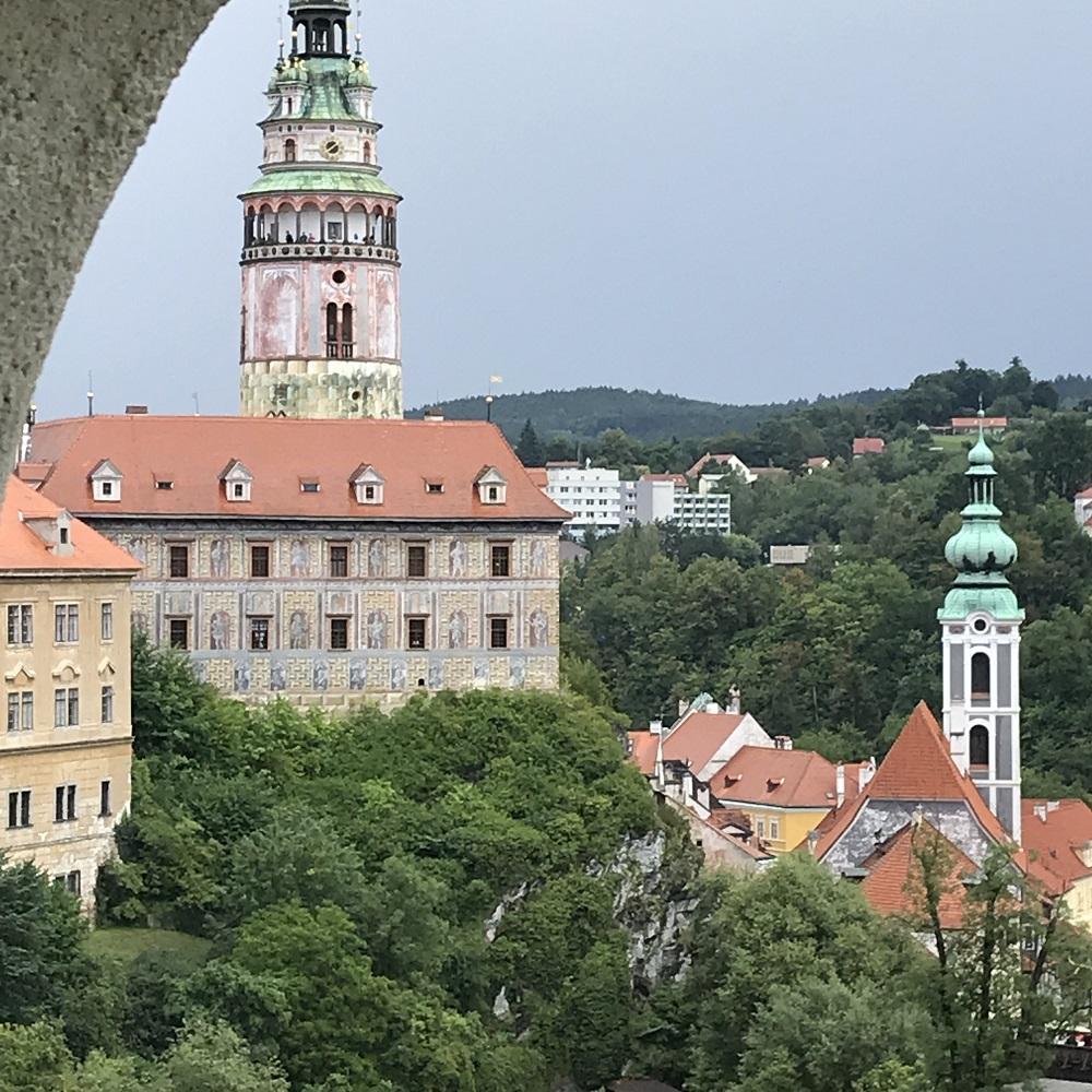 Abstieg in die Stadt mit schönen Ausblicken in die Stadt und zur Burg