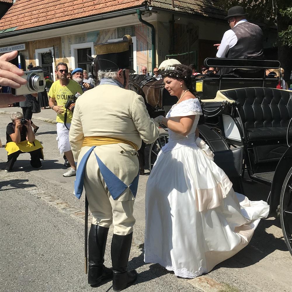 Kaiserin Sisi entsteigt dem Wagen.
