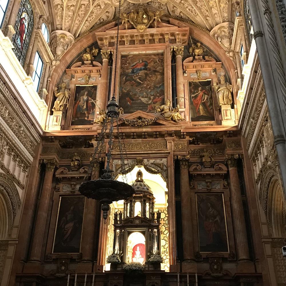 Hochaltar der hineingebauten Kirche
